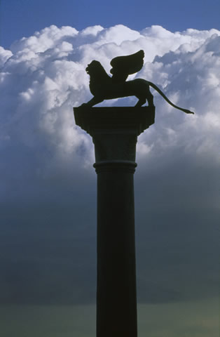 The history of Venice. Column with St. Mark's winged lion. Archivio fotografico APT of Venice.
